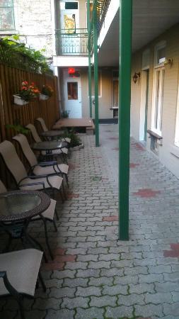 Salle petit dejeuners photo de auberge le jardin d for Auberge jardin antoine