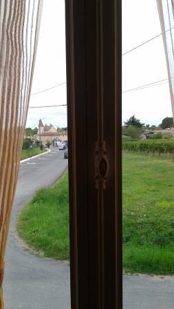 Domaine de Blaignac: Vue sur le village,mais aussi la route.