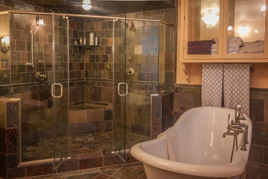 Etta Mae Inn Bed and Breakfast: The Phoenix bathroom