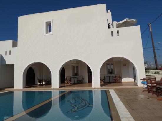 Perla Hotel: Pool and breakfast area