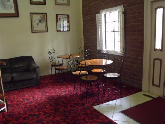 Colonial Inn: breakfast area