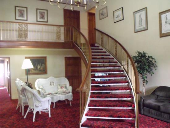 Colonial Inn: going up stairs