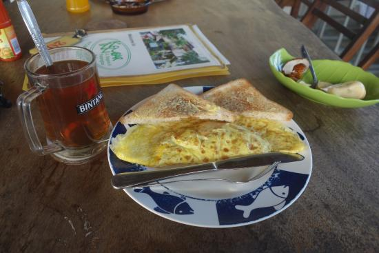 Kembar Inn : breakfast : omelette, tea and fresh fruit
