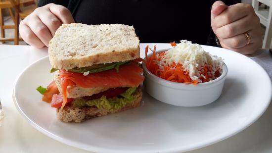 City Bell, Argentina: Sandwich de salmón ahumado, palta, crema y nueces con ensalada de zanahoria y huevo