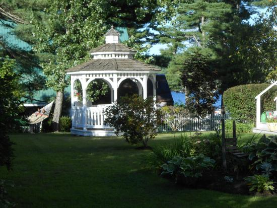Lakeview Inn: Gardens with lake in the background