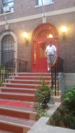 Chicago Getaway Hostel: Front  stoop w/Leroy