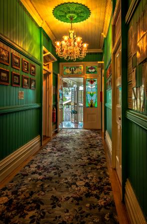 Minto Colonial Hostel: Front hallway