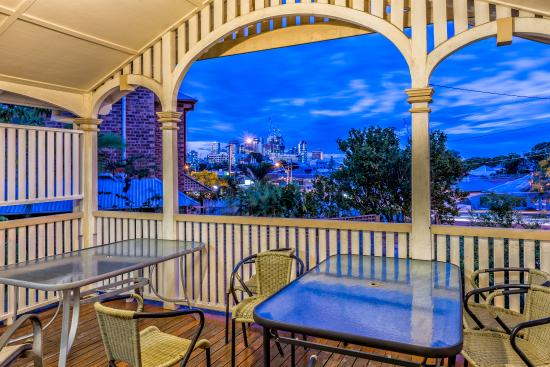 Minto Colonial Hostel: City at night:  verandah views