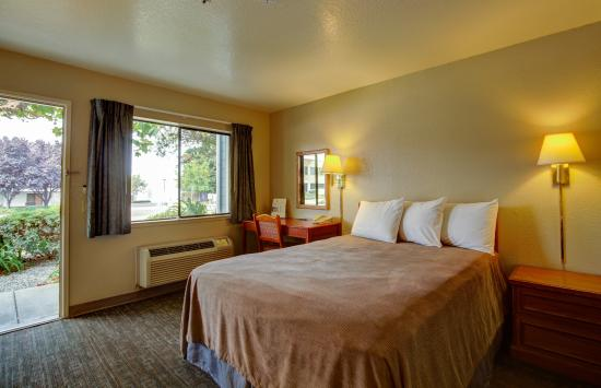 Good Nite Inn - Salinas: Guestroom- Queen bed