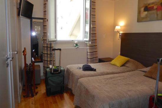Hôtel Beaugency : Room average for city standards with good storage space.