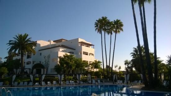 Autour de la piscine photo de club marmara marbella for Piscine marbella