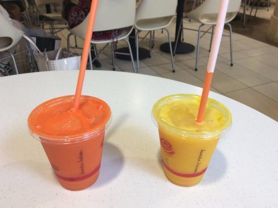 Jamba Juice: キャロットジュースとオレンジジュースです