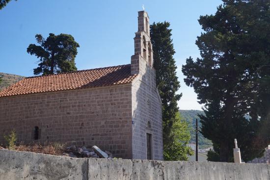 Petrovac, Montenegro: Вид на церковь с XIII улицы