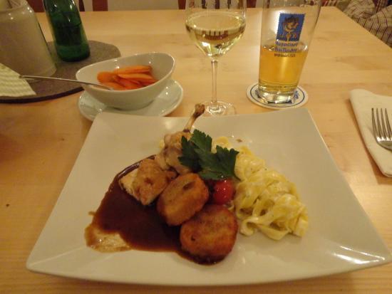 Weinstube Schubert: メインはバイエルン名物の鶏の丸焼きの半身。このレストランのものは幼い鶏で旨い