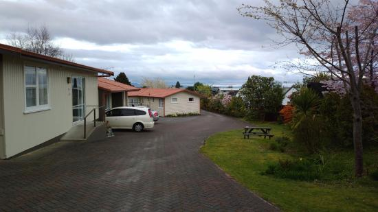 Dunrovin Motel: Parking in front of each unit