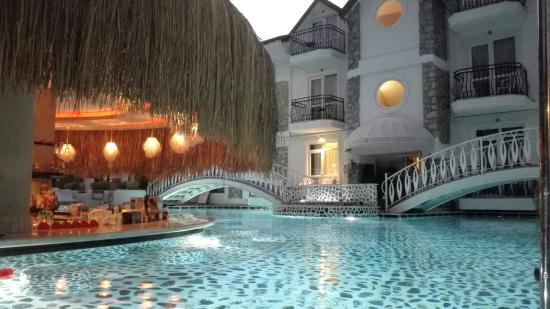 The Pine Hill Hotel & Suites: Pool bar (closed at 8pm)