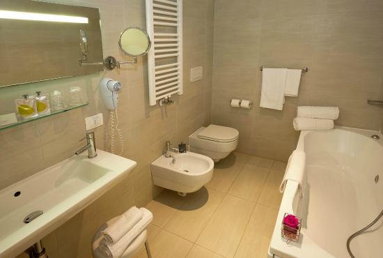 Bagno con vasca idromassaggio picture of villa patriarca hotel