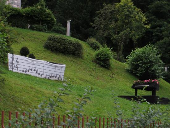 Vila Bled: лужайка перед отелем