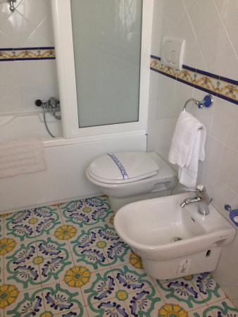 Grand Hotel La Sonrisa: spacious bathroom