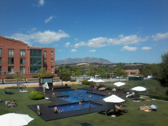 Vista de la piscina fotograf a de hotel barcelona golf resort spa sant esteve sesrovires - Hotel piscina barcellona ...