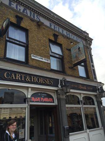 Cart And Horses: Ingang van de pub