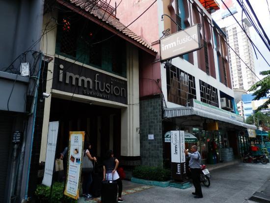 Imm Fusion Sukhumvit : ホテル入り口 隣にコンビニ