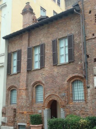 La facciata con cappa del camino e comignoli foto di for Logare le foto del camino di casa