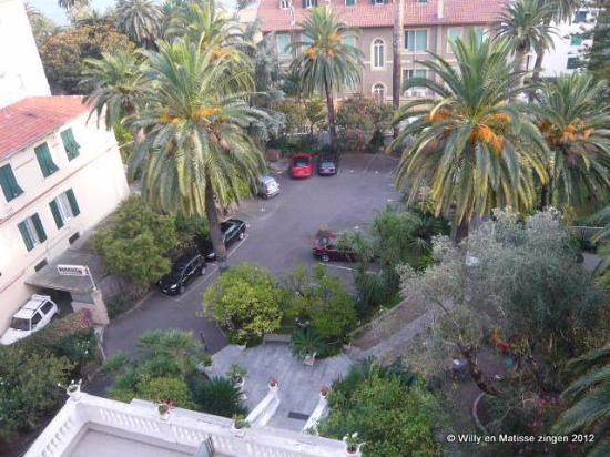 Hotel Morandi : Zicht op tuin en parking.