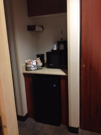 Hampton Inn Anchorage: Frigobar e cafeteira