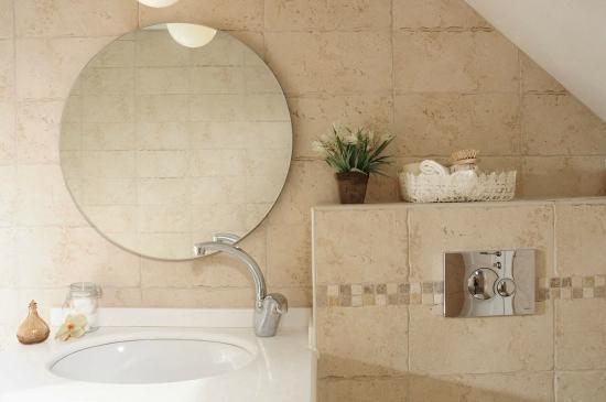 Dizengoff Suites: bathroom