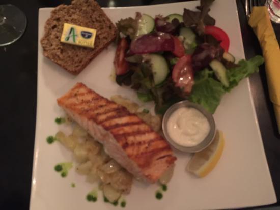 Oughterard, Irlanda: Salmon entree