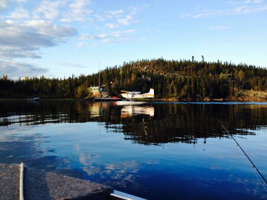 Hearne Lake Lodge: float plane and lodge