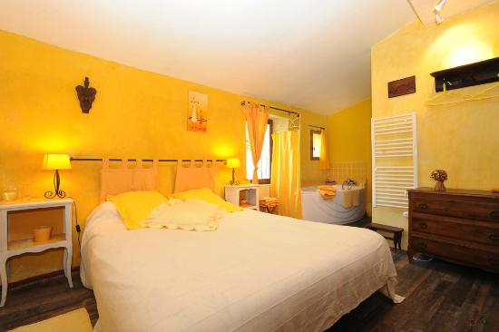 Chambre jaune picture of chambres d 39 hotes le vieux mas for Chambre d hotes pyrenees