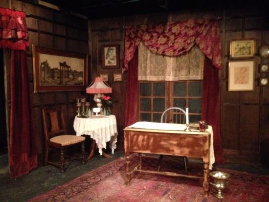 Oakhurst, Kaliforniya: Angel Street set from 2014 at the Golden Chain Theatre