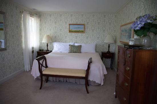 Chestertown, MD: Roese room - this is just the bedroom part.  There is also an adjoining sitting room.