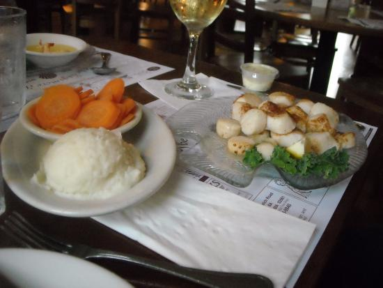 Sagamore, MA: The sea scallops & mashed potatoes