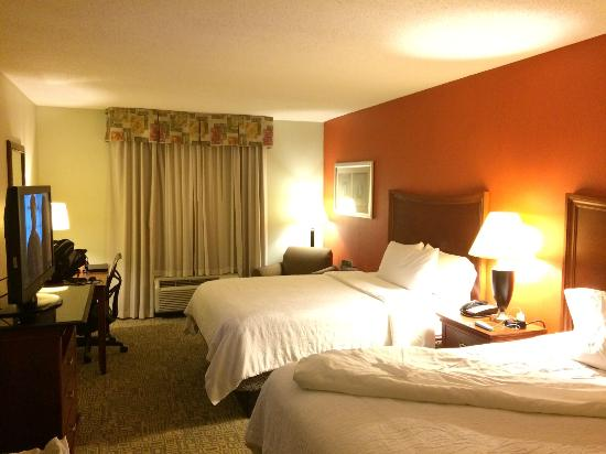 Hilton Garden Inn Fayetteville/Fort Bragg : Well appointed room - clean and well lit!