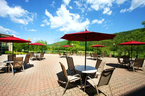 Honor's Haven Resort & Spa: Terrace Patio Overlooking the Mountains