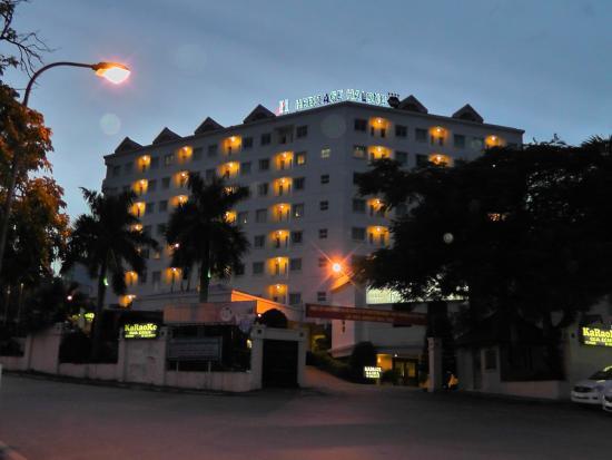 Heritage Halong Hotel: Hotel bei Nacht