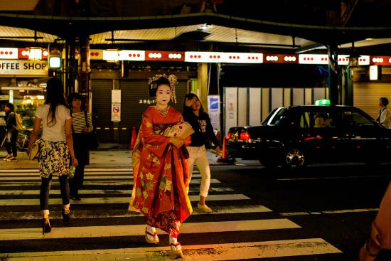 Kyoto Prefecture, Japón: A Geisha in the Gion district of Kyoto