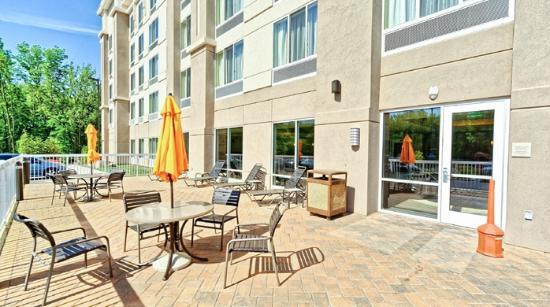 Good Hilton Garden Inn Mt. Laurel: Hotel Patio With Umbrella Tables Photo