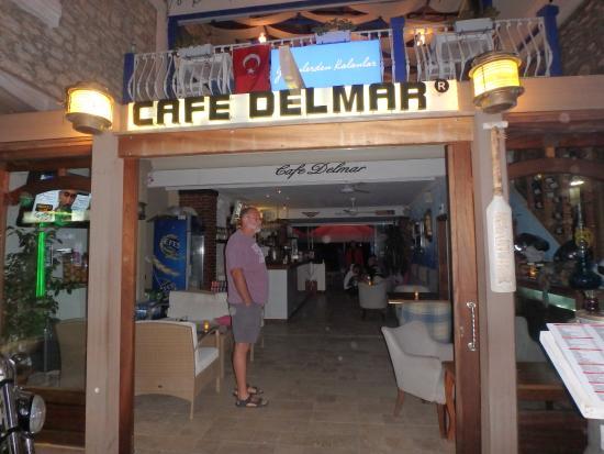 Cafe Delmar: frontage on walkway