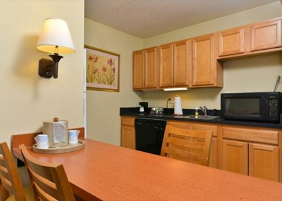 Hampton Inn Philadelphia/Bridgeport: Kitchen and Dining Areas