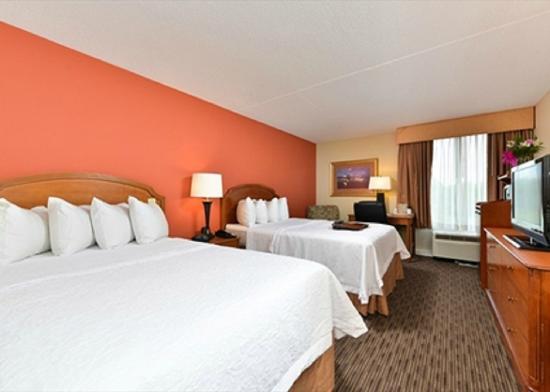 Hampton Inn Philadelphia/Bridgeport: Double Beds in our Hotel Guest Room