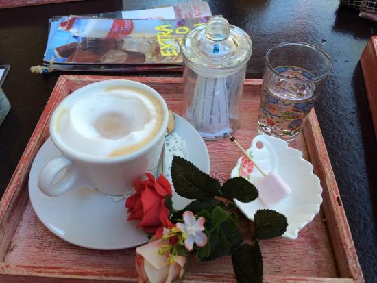 Heerlijke cappuccino en onwijs gezellige kamers picture of cay