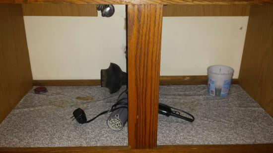 Brackenridge Lodge : Ceiling has leak stains��carpet appears to be very clean or new��under the sink is nasty!��has a