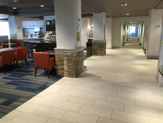Holiday Inn Express Woodland : corridor