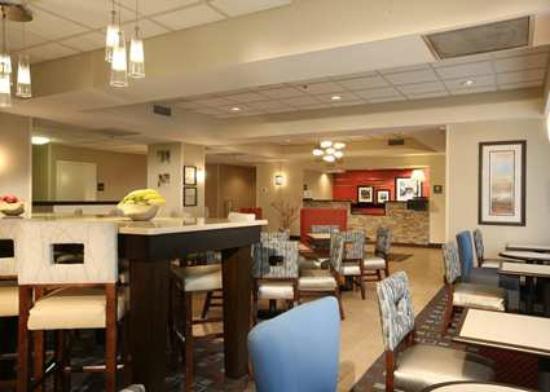 Hampton Inn Pennsville: Lobby and Dining
