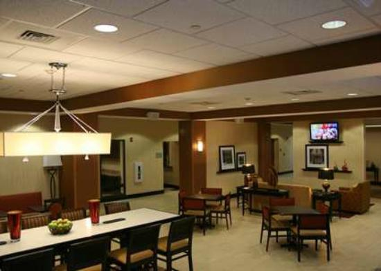 Blackwood, Nueva Jersey: Lobby Dining with TVs and Couches