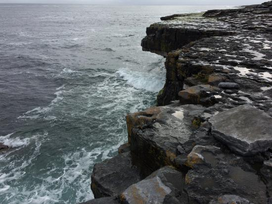 Inis Meain Restaurant & Suites: Walk from suites to western cliffs overlooking Atlantic